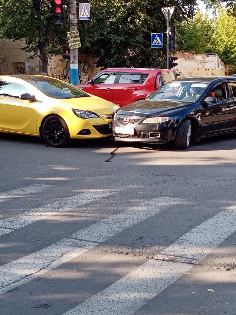 Две иномарки столкнулись в Брянске на улице Красноармейской