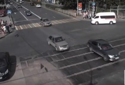 Машина без водителя въехала втолпу