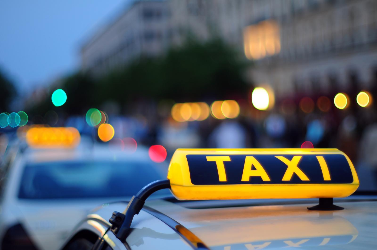 Таксист высадил пассажирку иувез ееребенка