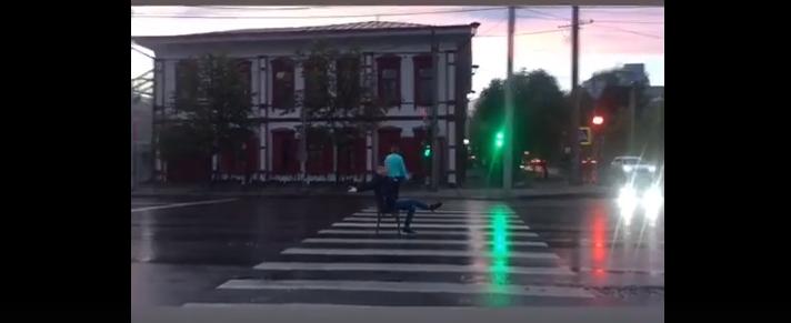 Странный мальчик присел на стул на пешеходном переходе