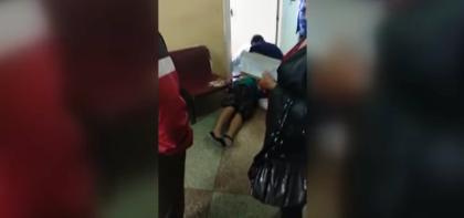 Женщина предпенсионного возраста умерла в очереди к врачу