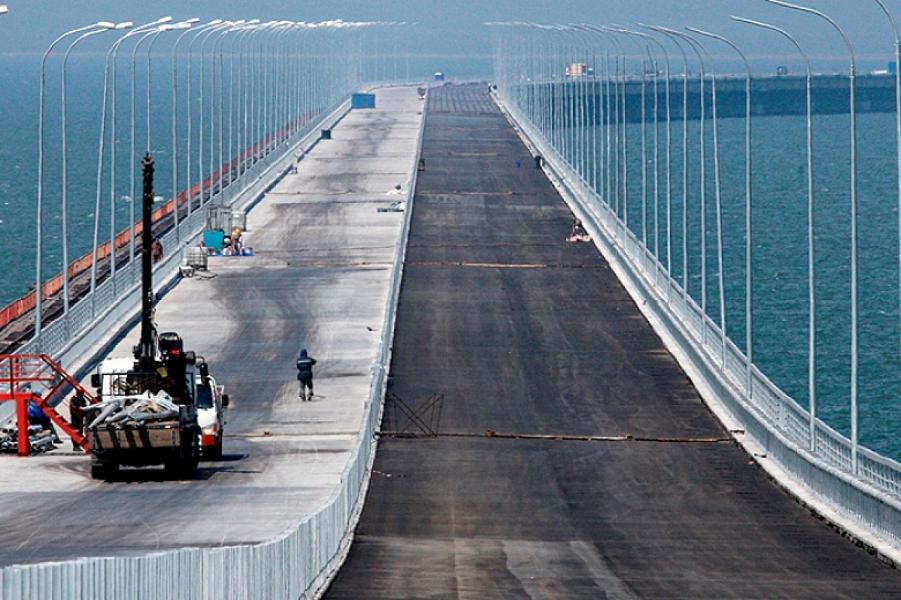 Часть Крымского моста рухнула в пролив