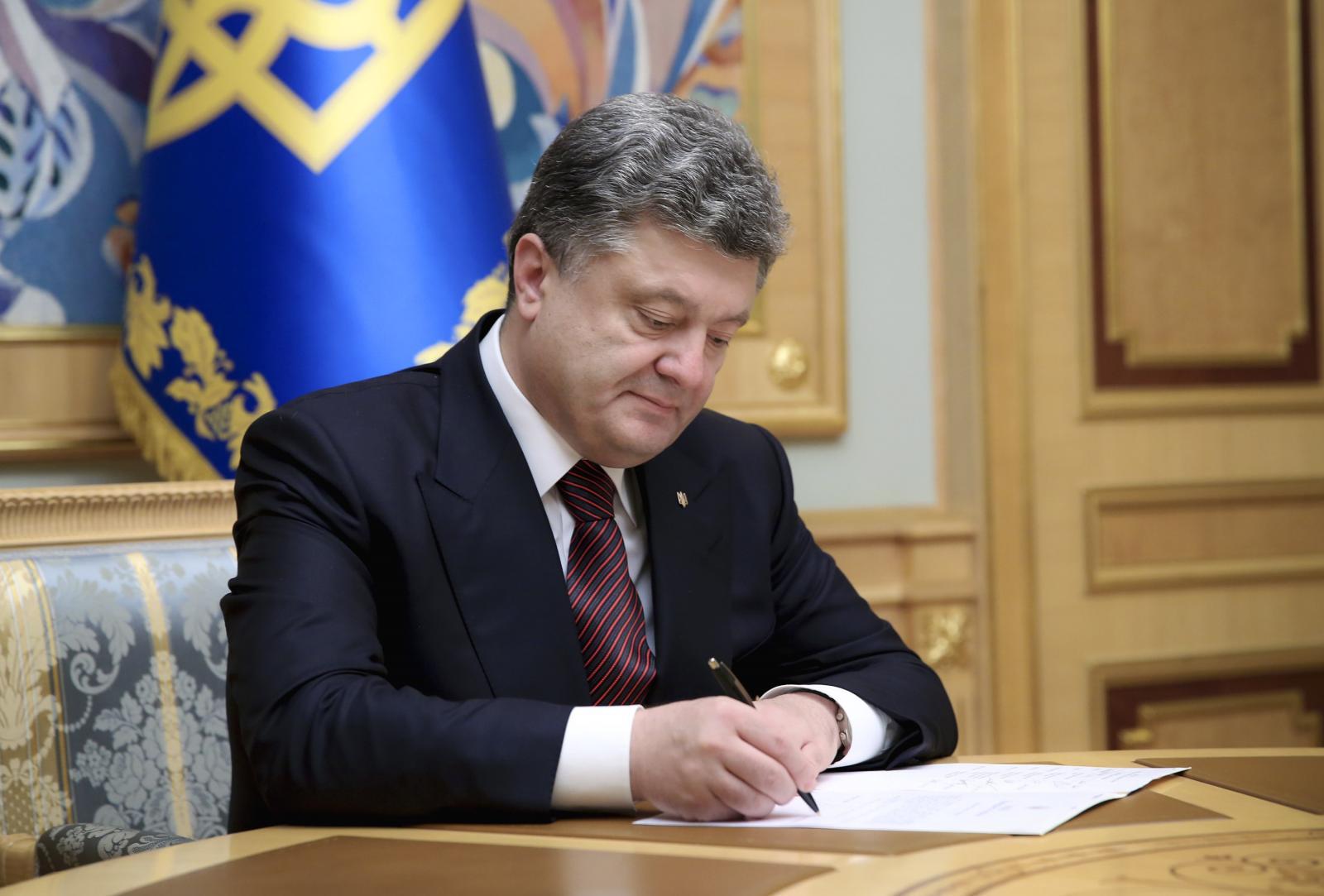 Порошенко подписал указ овведении военного положения наУкраине