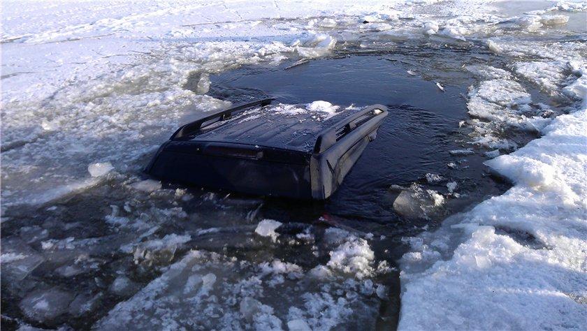 УАЗ ушел под лед, погибли люди