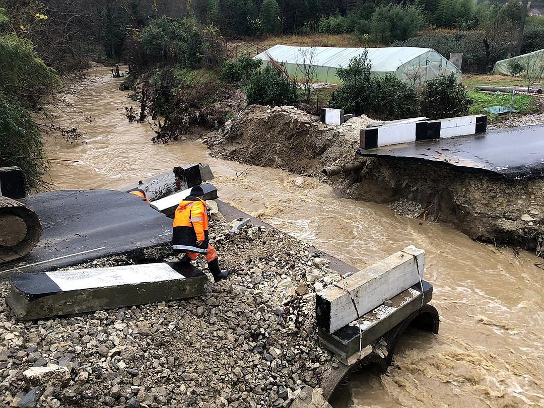 Обрушен автомобильный мост в Сочи