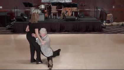 Зажигательный танец необычной пары шокирует
