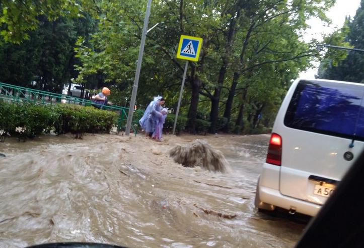 Женщину смылопотоком водыпрямо в центре города