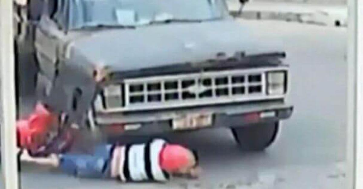 Байкер чудом выжил под колесами грузовика