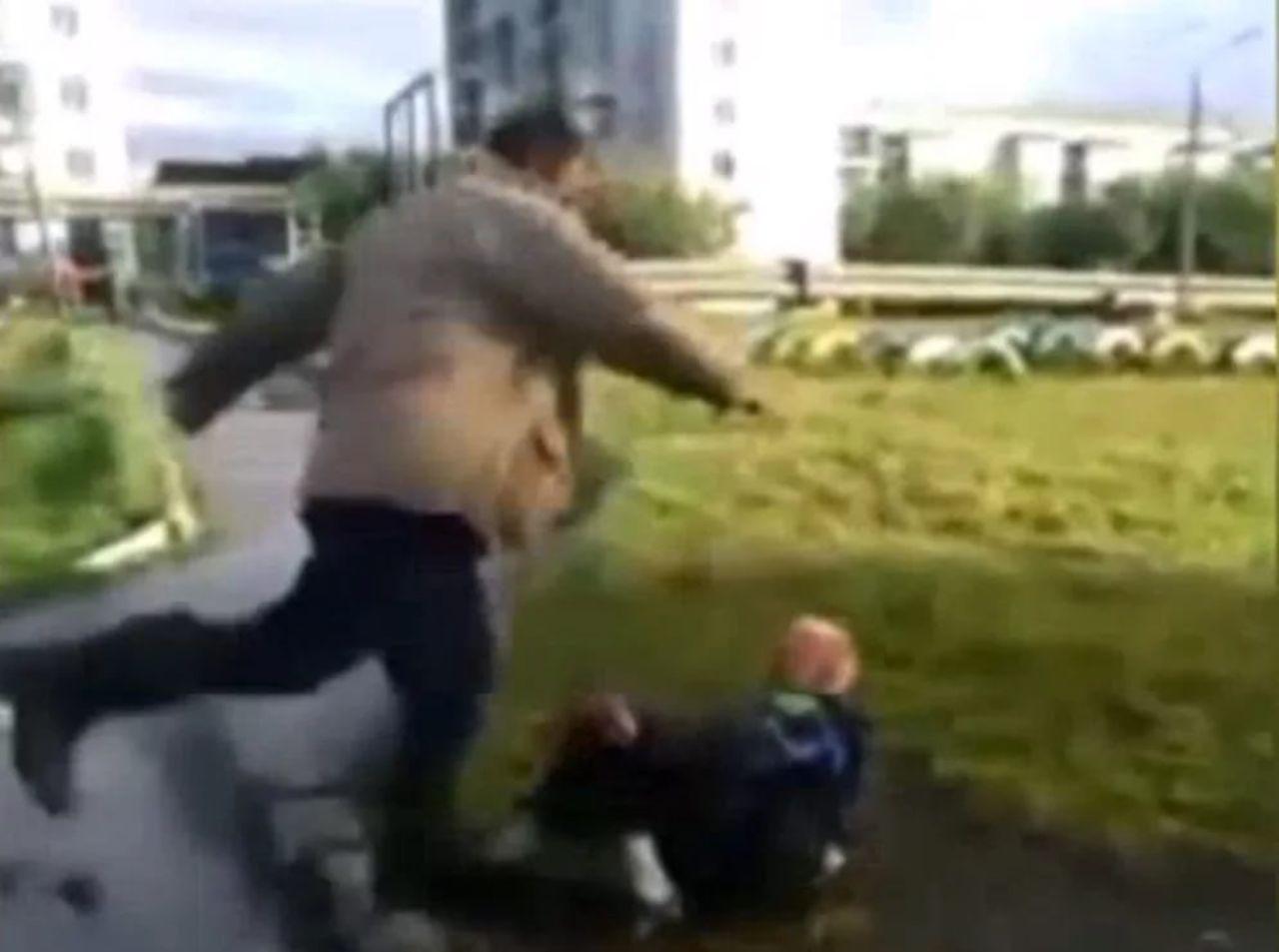 Неадекватный мужчина избил детей надетской площадке
