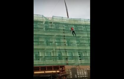Покататься решил: с крана на стройплощадке сорвался рабочий