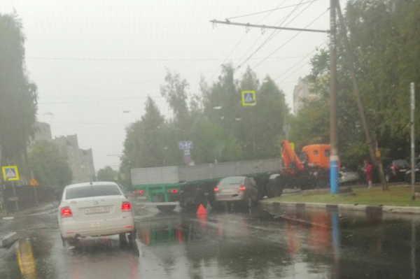 На улице Советской в Брянске столкнулись легковушка и грузовой автомобиль