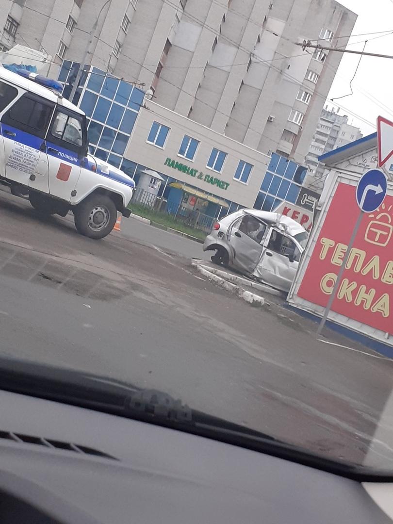 В Брянске пьяный автомобилист разбил машину и ларек