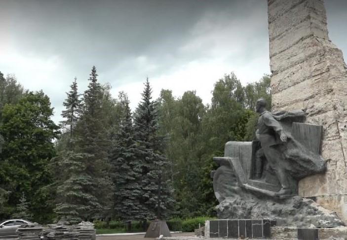 Ремонт памятника воинам-водителям в Брянске обещают закончить ко Дню города