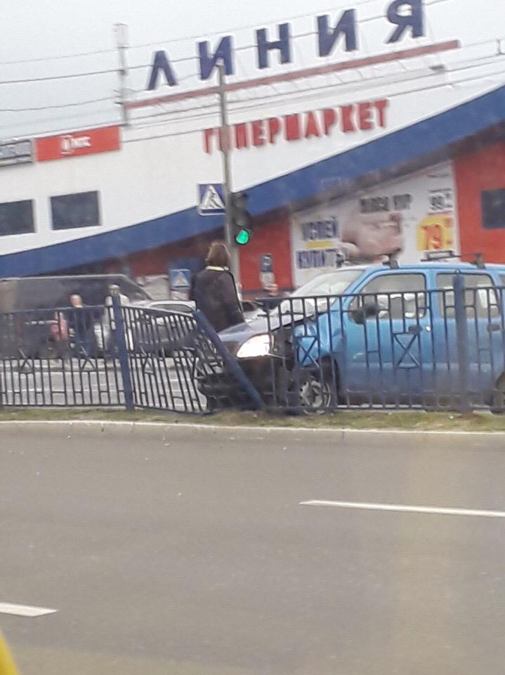 В Фокинском районе Брянска легковушка застряла в пешеходном ограждении
