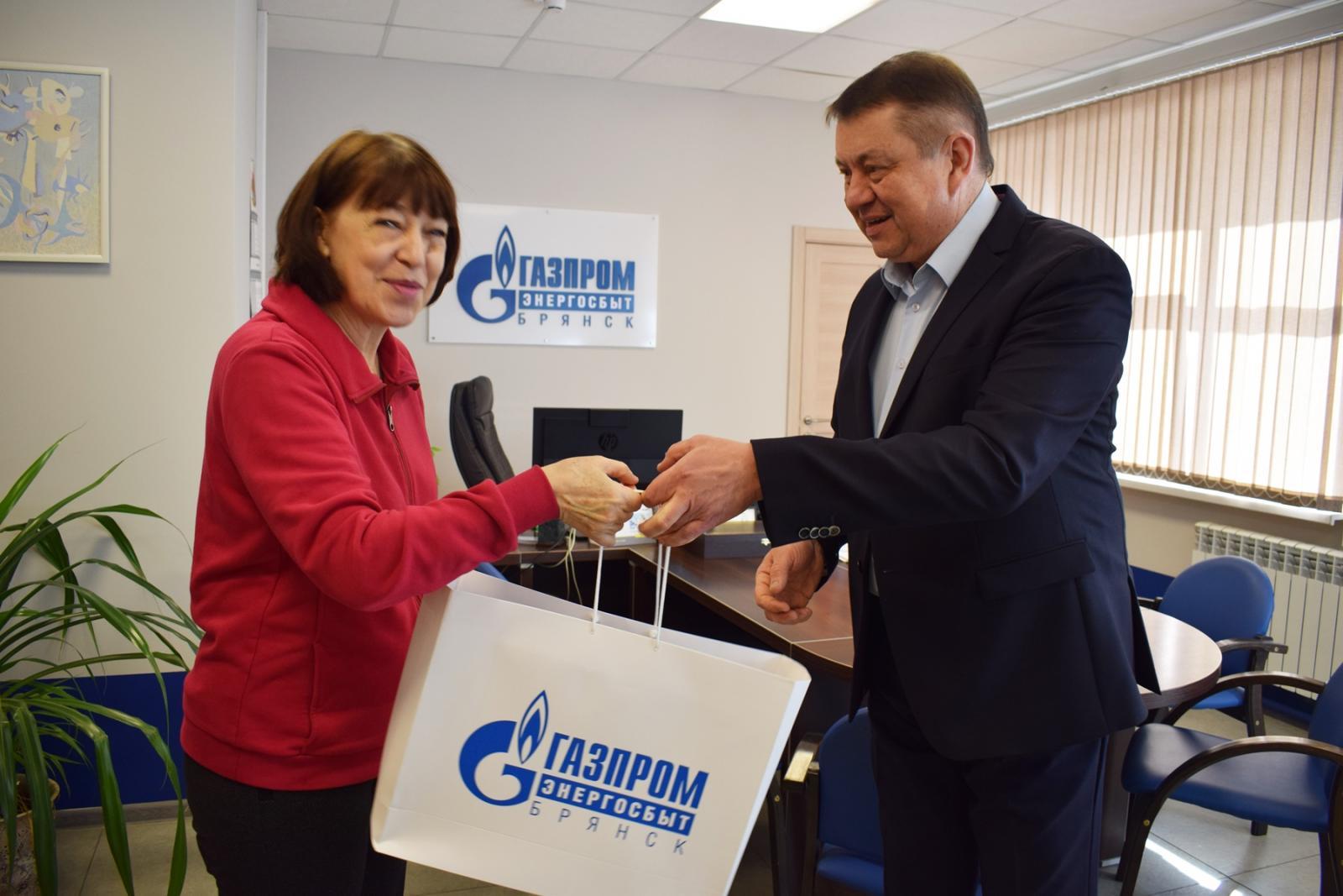 Победительнице акции «Активный пользователь» филиала «Брянскэнергосбыт» вручили подарок