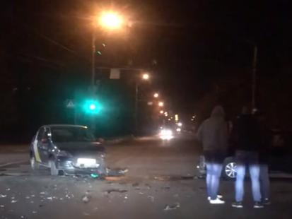 Ночью в Брянске в ДТП попала машина такси