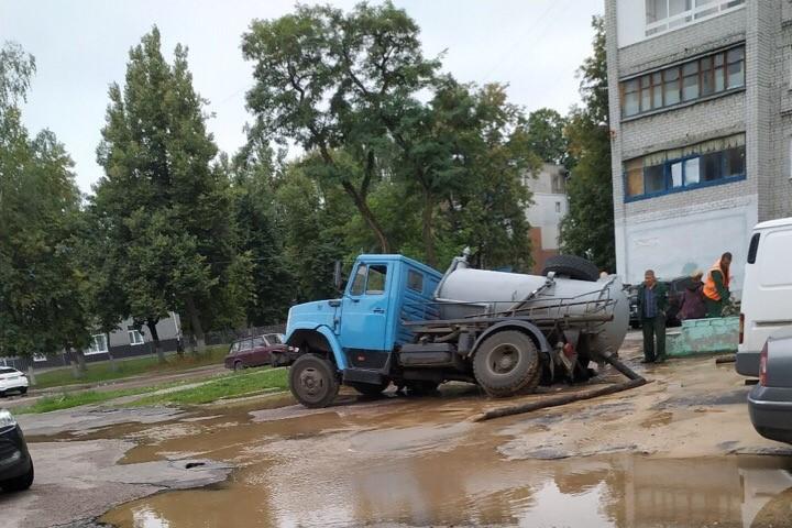 В Брянске ассенизаторская машина провалилась в канализационный люк