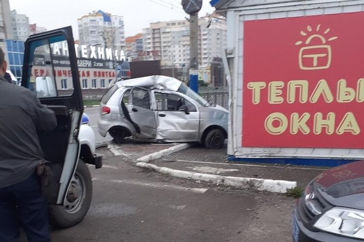 В Брянске легковушка вдребезги разбилась об магазин запчастей