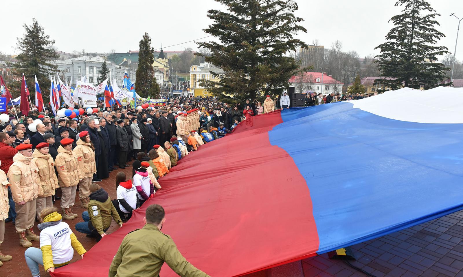 На Славянской площади сегодня развернули огромный флаг России
