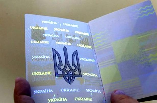 Гражданка Украины переклеила фото на паспорте сестры, чтобы попасть в Россию