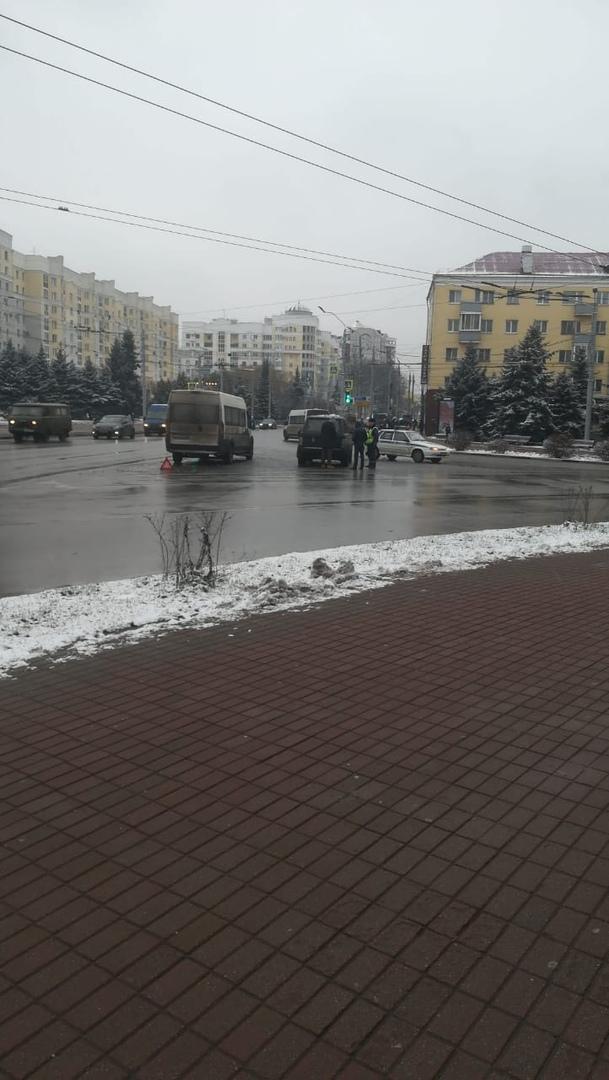 На площади Партизан произошла авария с маршруткой