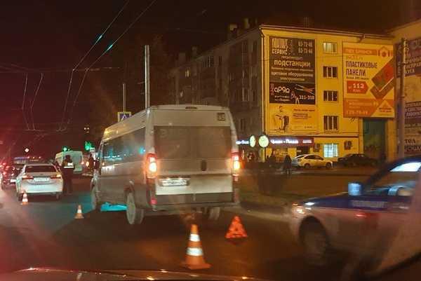 На площади Партизан маршрутка попала в аварию
