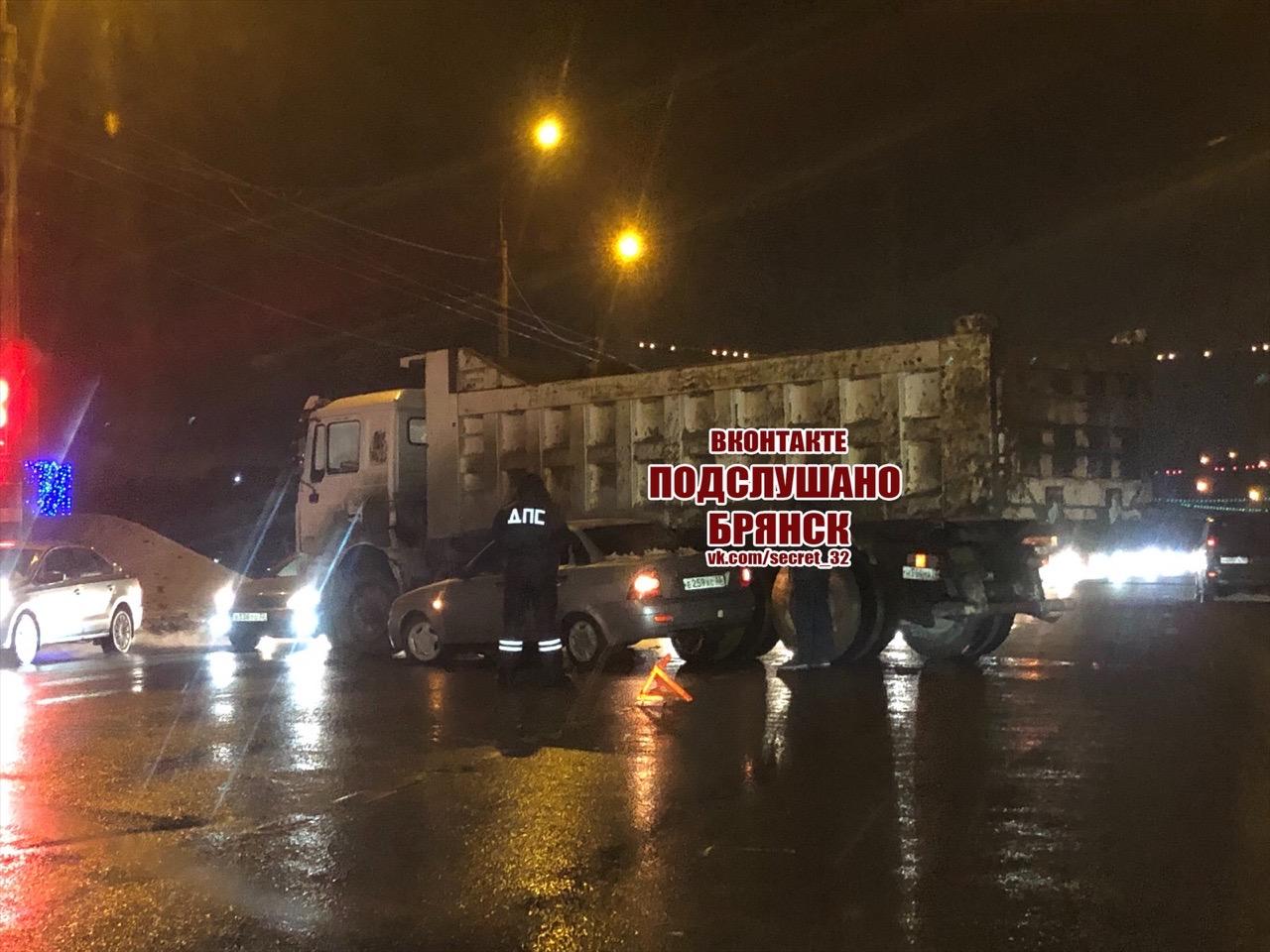 На въезде в Фокинский район столкнулись легковушка и самосвал