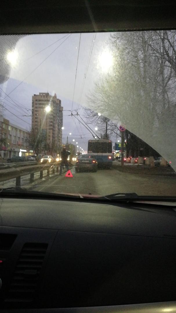 У новой разделительной на Красноармейской не разминулись троллейбус и легковушка