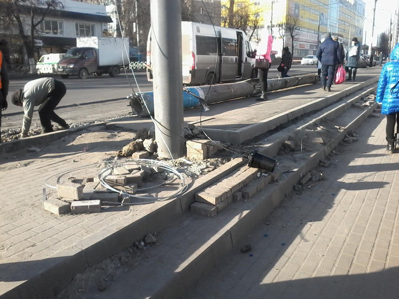 В Брянске тротуарную плитку закатали в асфальт