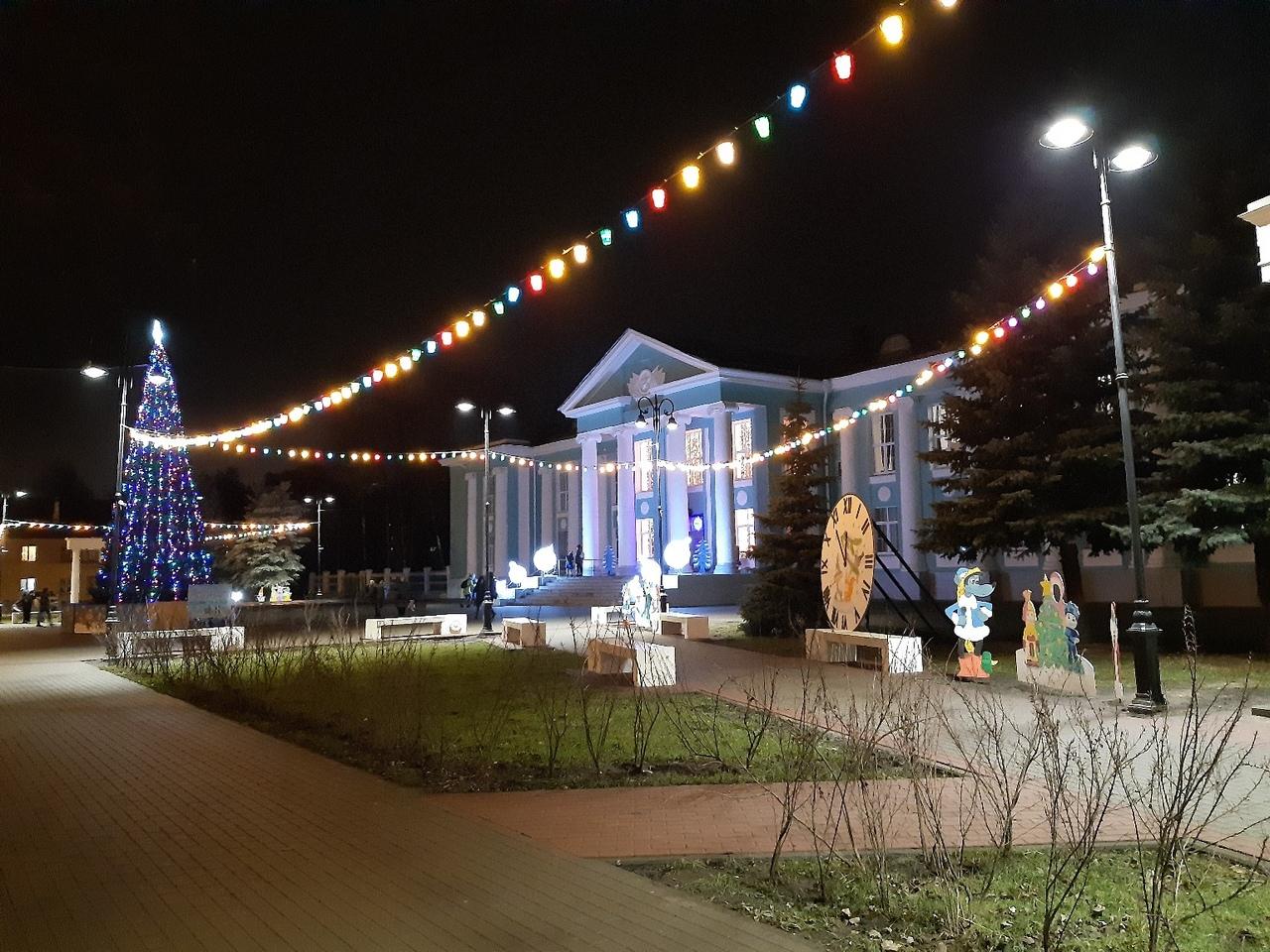 Брянцы восхищаются елкой на ДК Горького