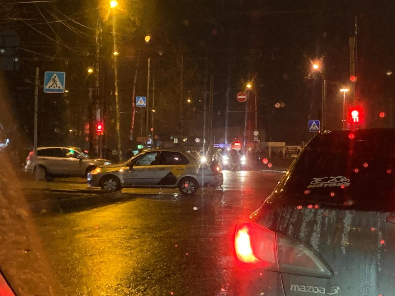 На БУМе в аварию попала машина такси