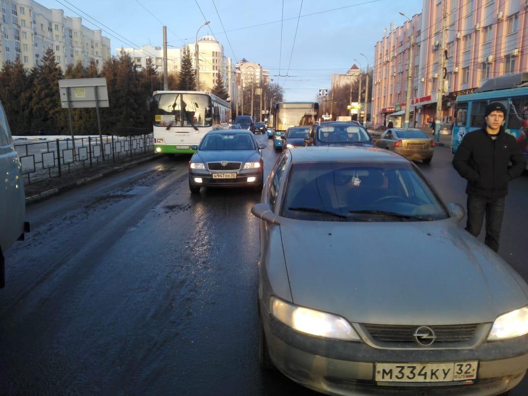 В Брянске ищут свидетелей аварии на площади Партизан
