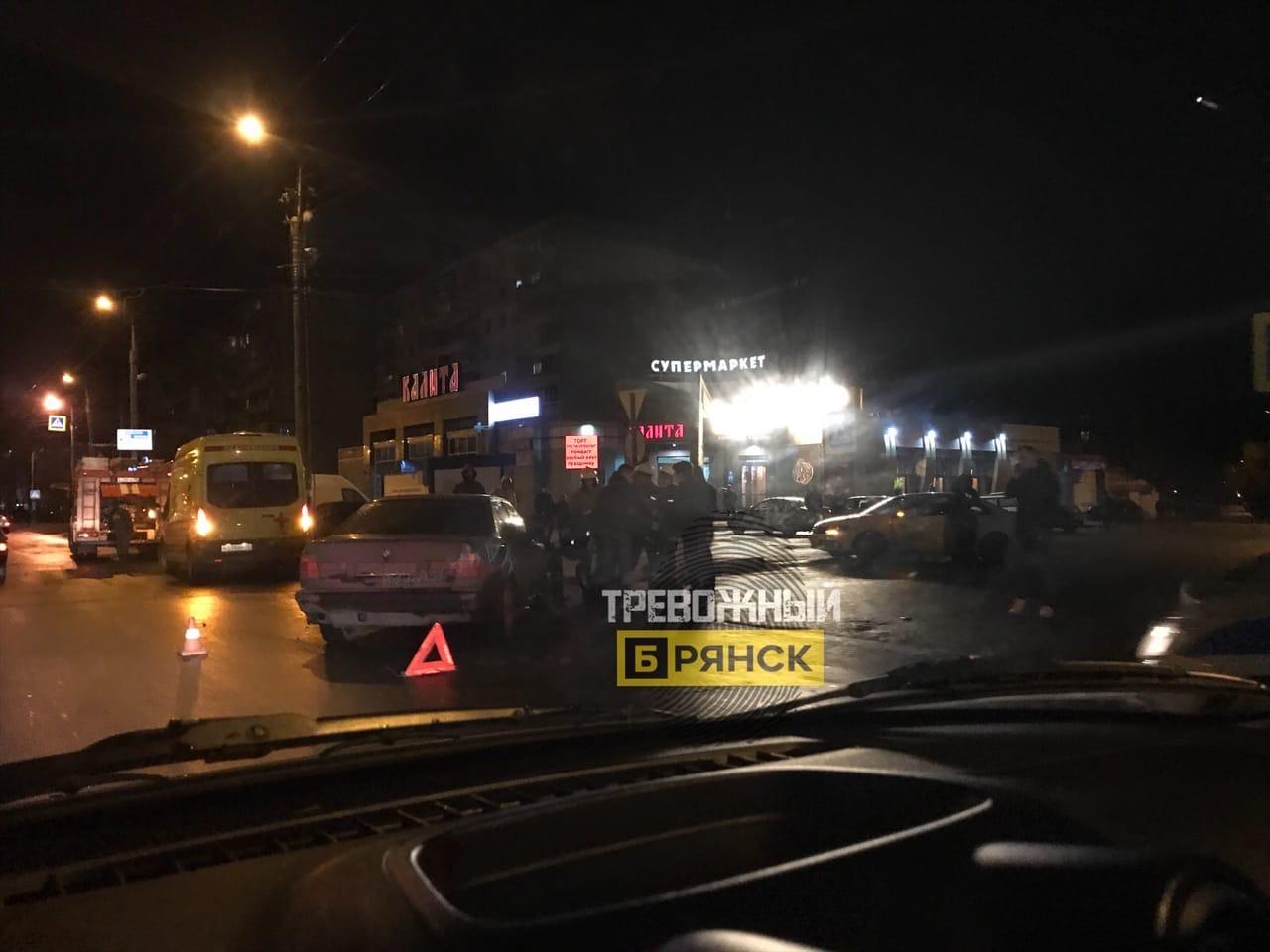 В Брянске машина такси угодила в серьезное ДТП