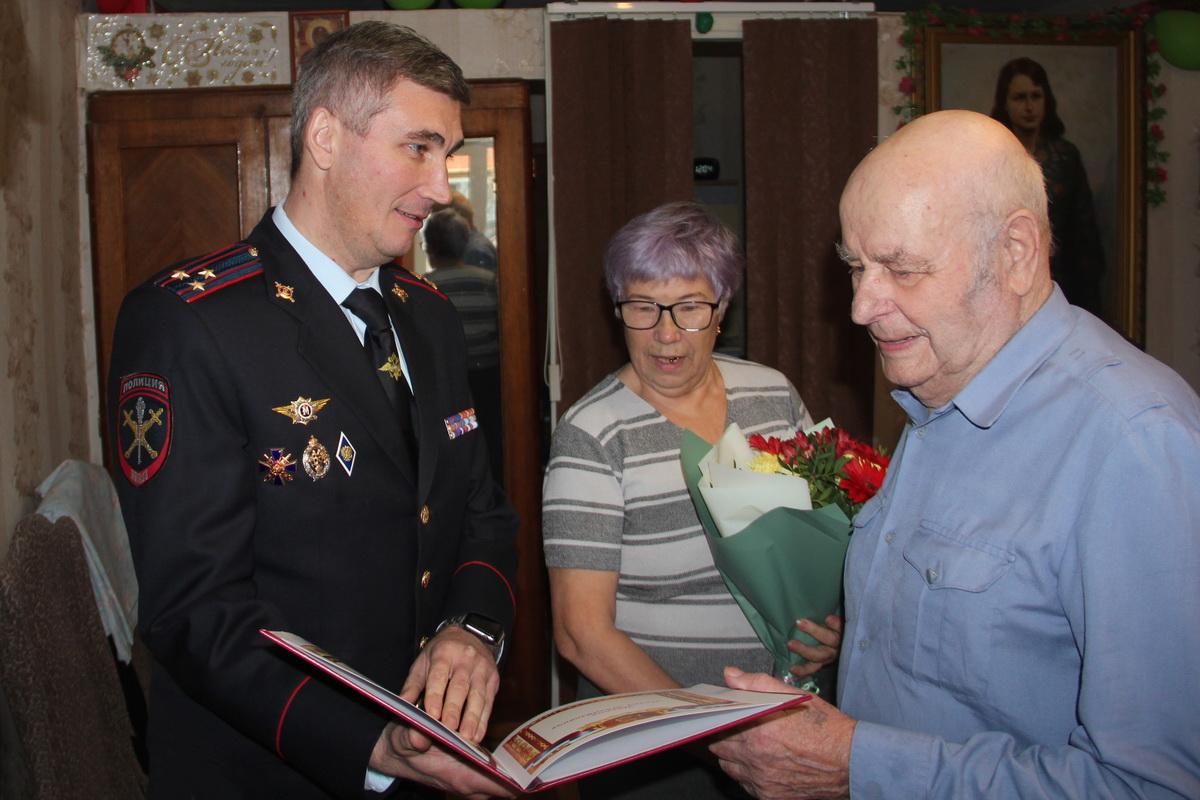 С Днем полиции поздравили брянского ветерана