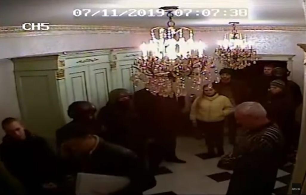 Появилась съемка обыска в доме Александра Коломейцева