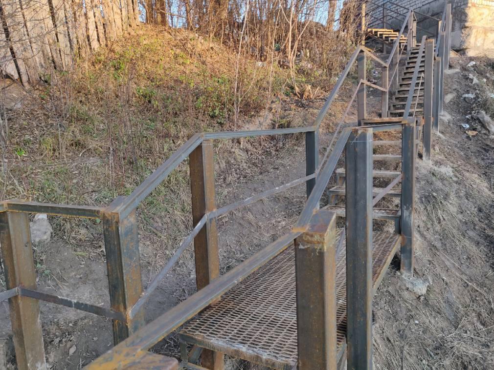 До конца года на Луначарского смонтируют металлическую лестницу через овраг