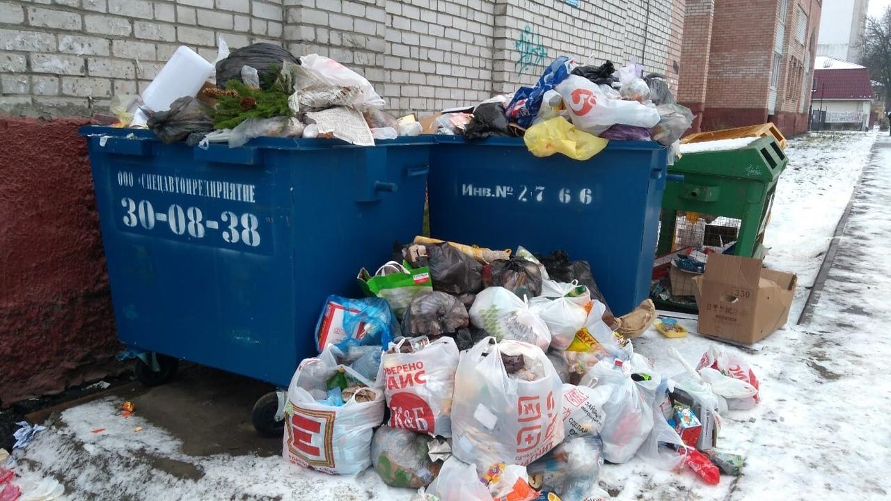 Горы мусора после праздников уже не вмещаются в помойку на Луначарского