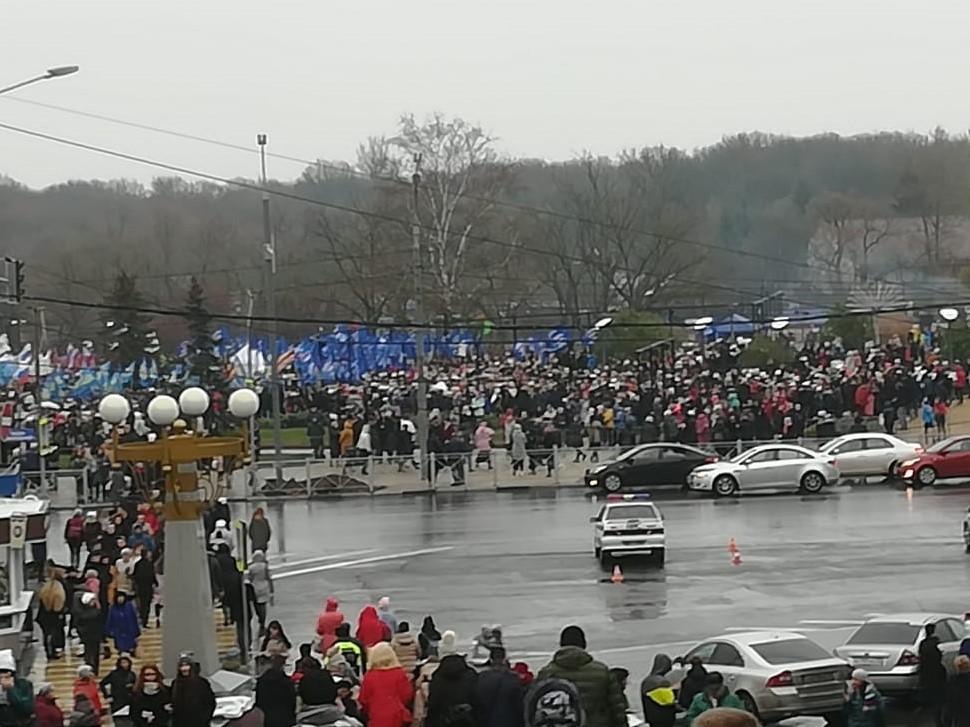 В Брянске начался праздничный митинг