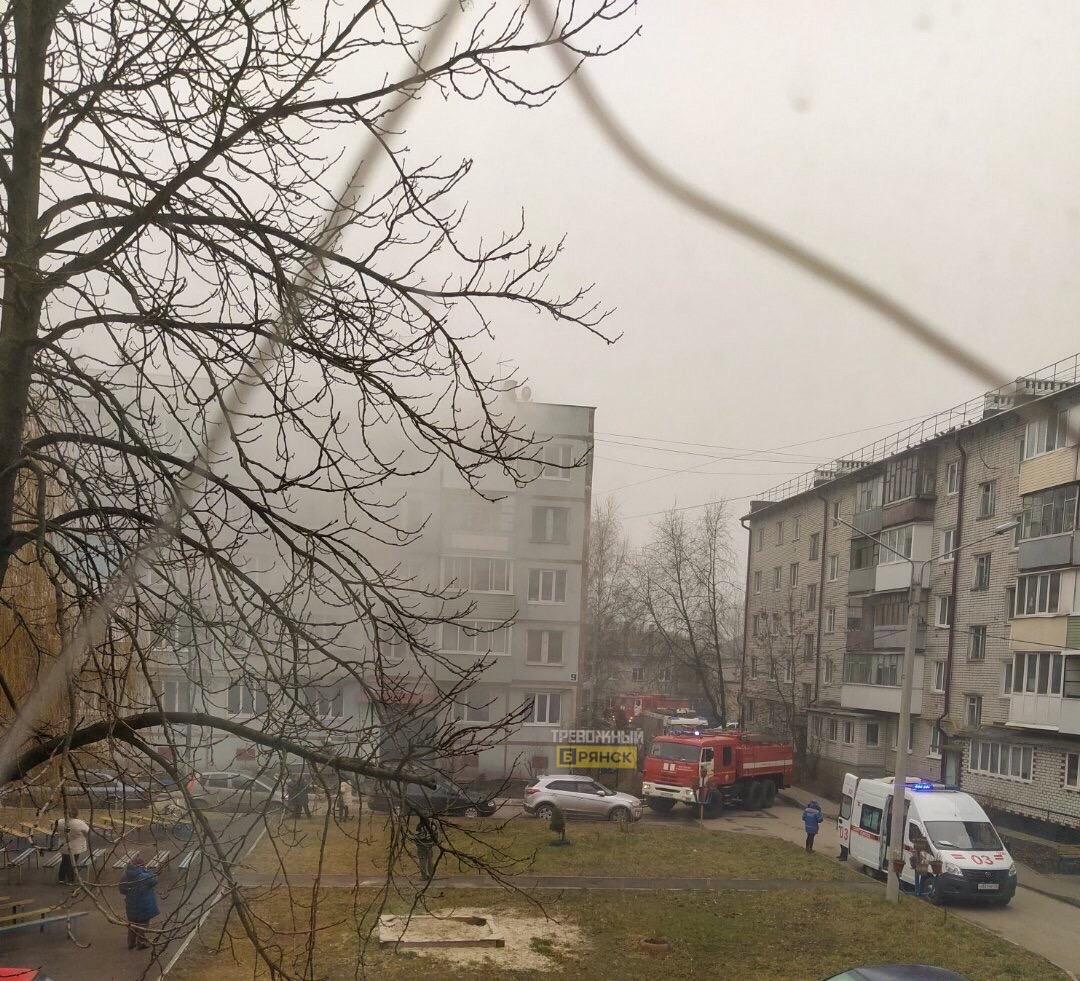 В брянском дворе пожарные не могли проехать из-за автомобилей