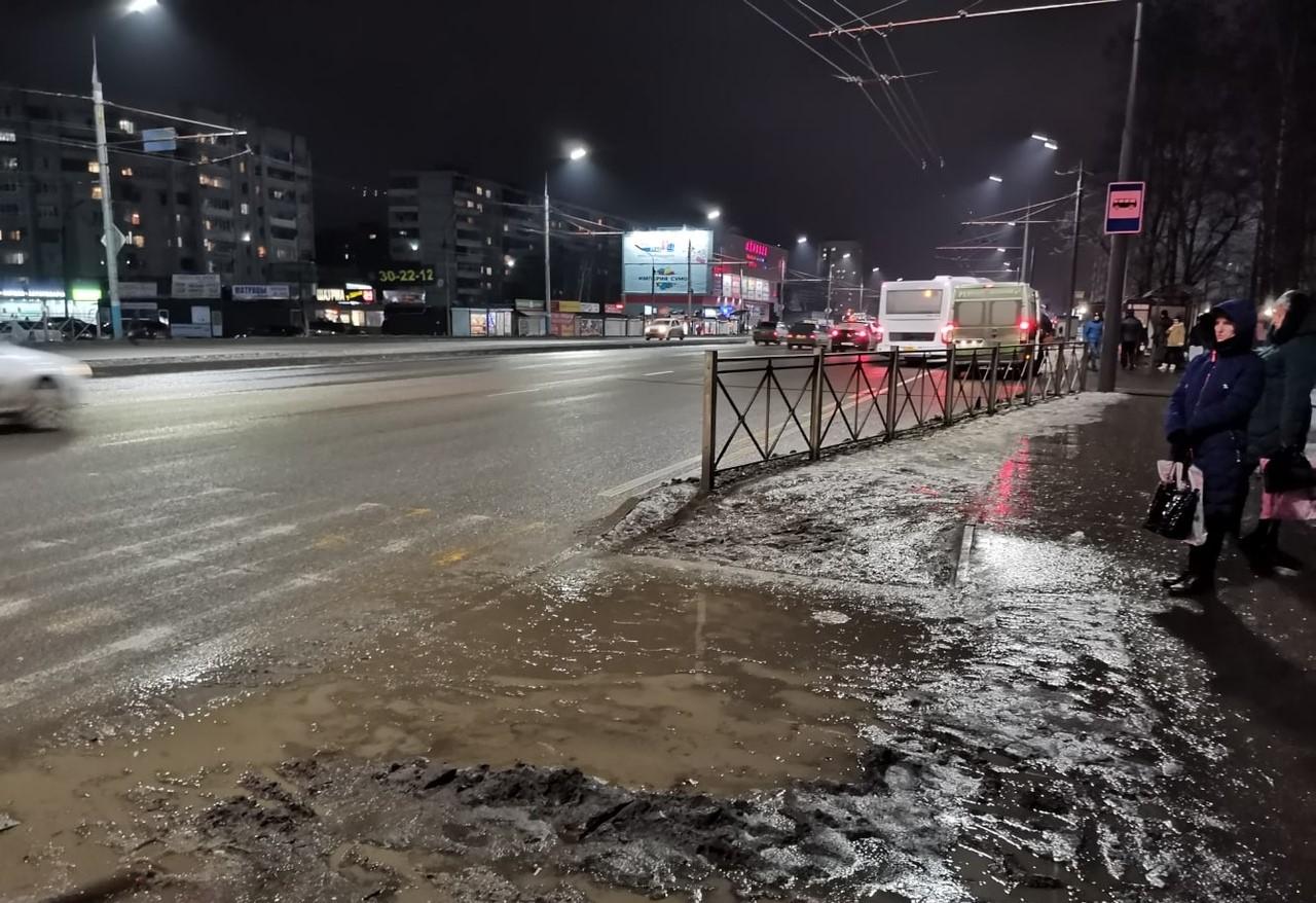 В Брянске у отремонтированной дороги вместо тротуара лужи и грязь