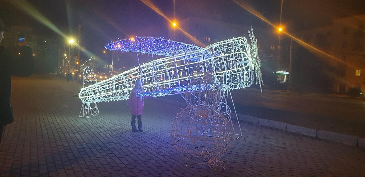 Самолет на площади Партизан в Брянске засиял огнями
