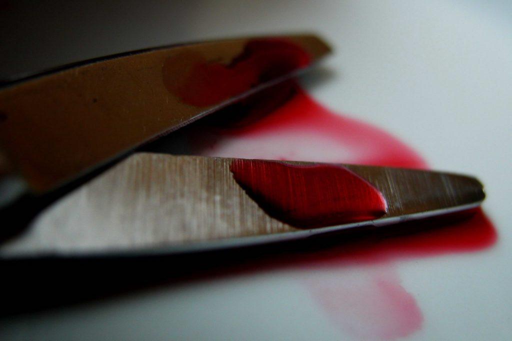 Брянец ударил полицейского ножницами в голову