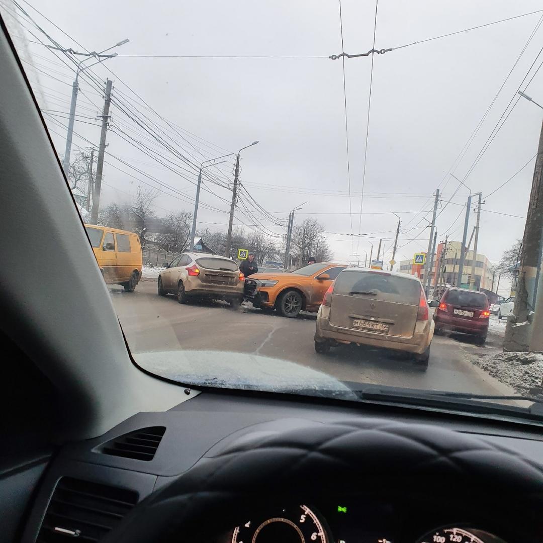 На Объездной авария: собралась серьезная пробка