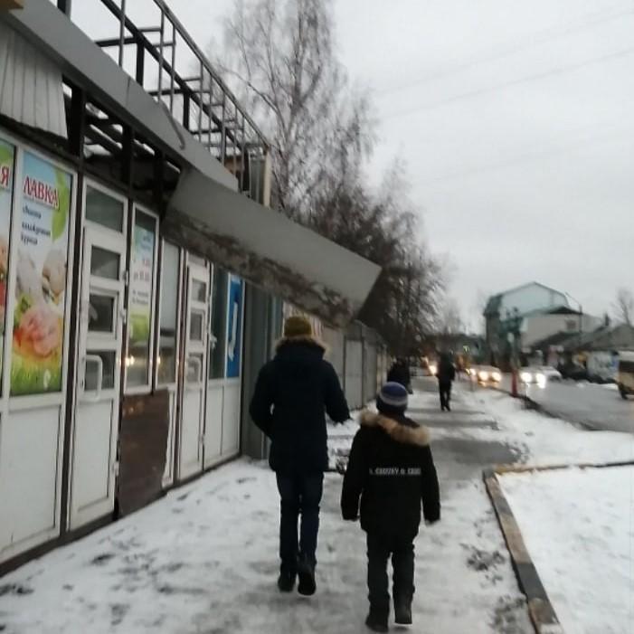 На улице Мичурина над брянцами навис опасный козырек