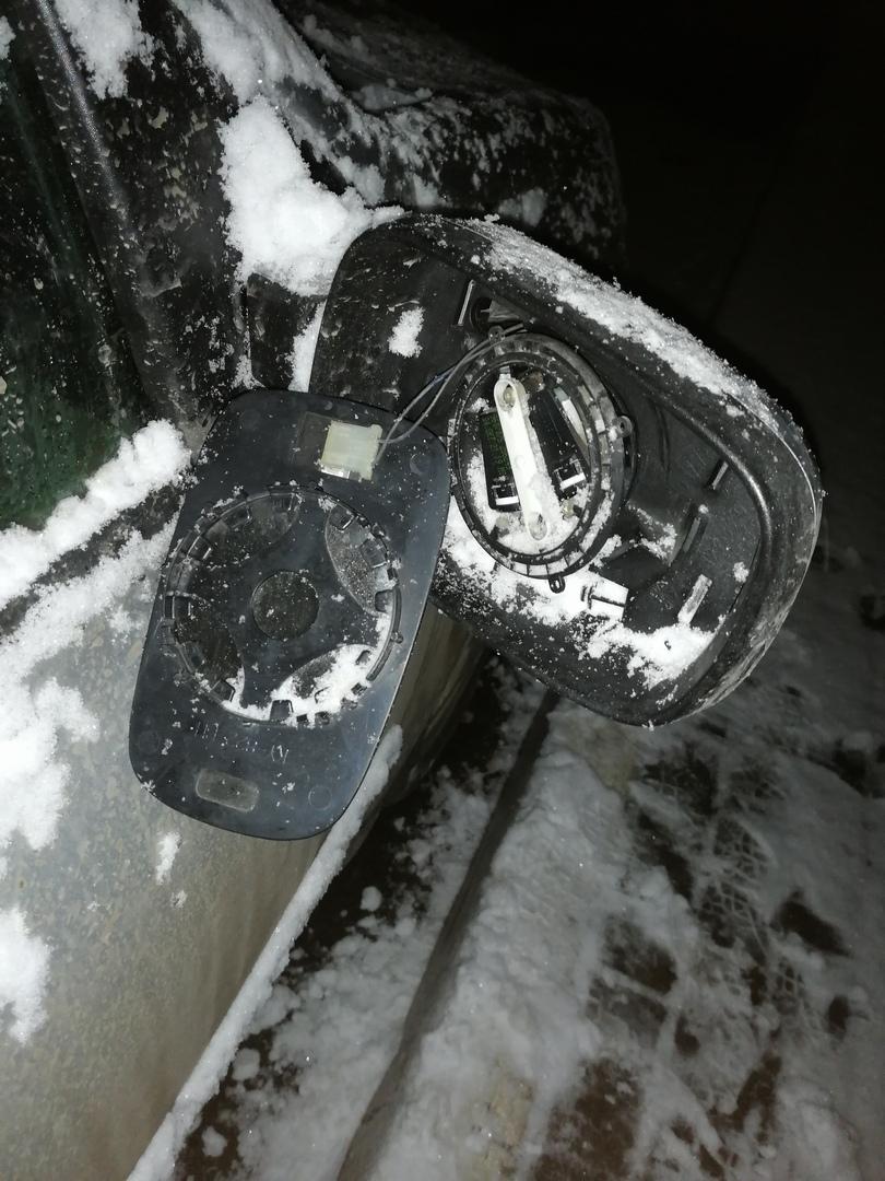В Брянске хулиганы разломали автомобилю зеркало