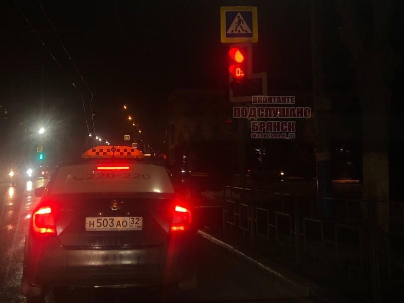 В Брянске перекосило светофор на площади Партизан