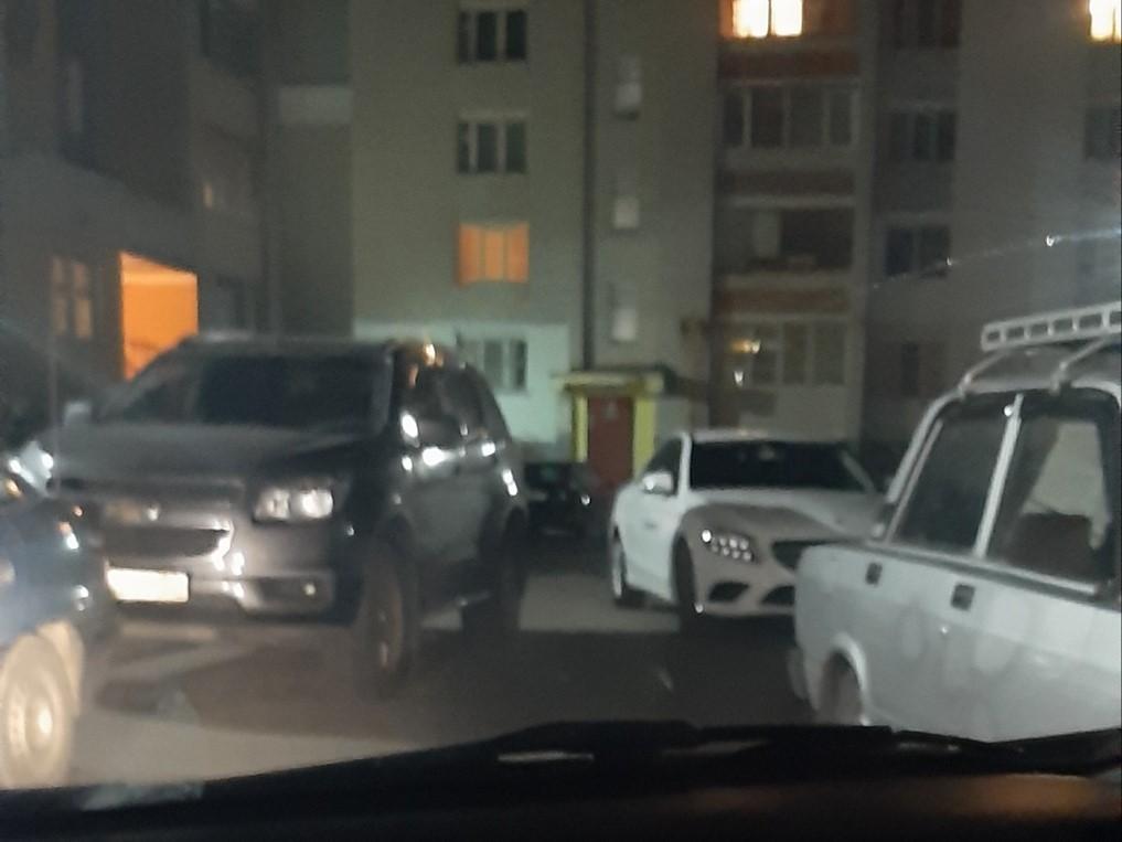 На Кутузова в Брянске парковкой заняли весь проезд
