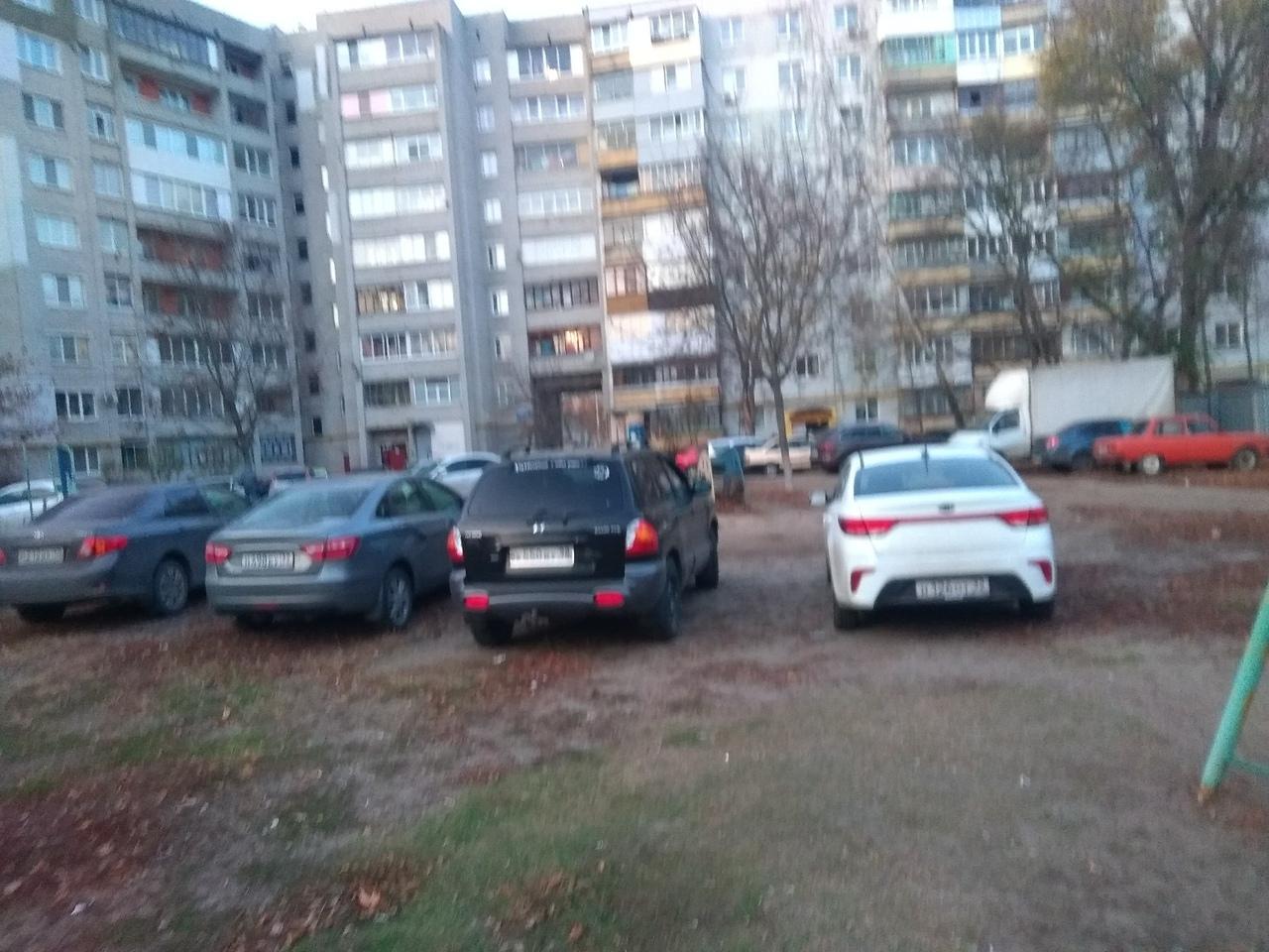 В Брянске парковкой заняли детскую площадку