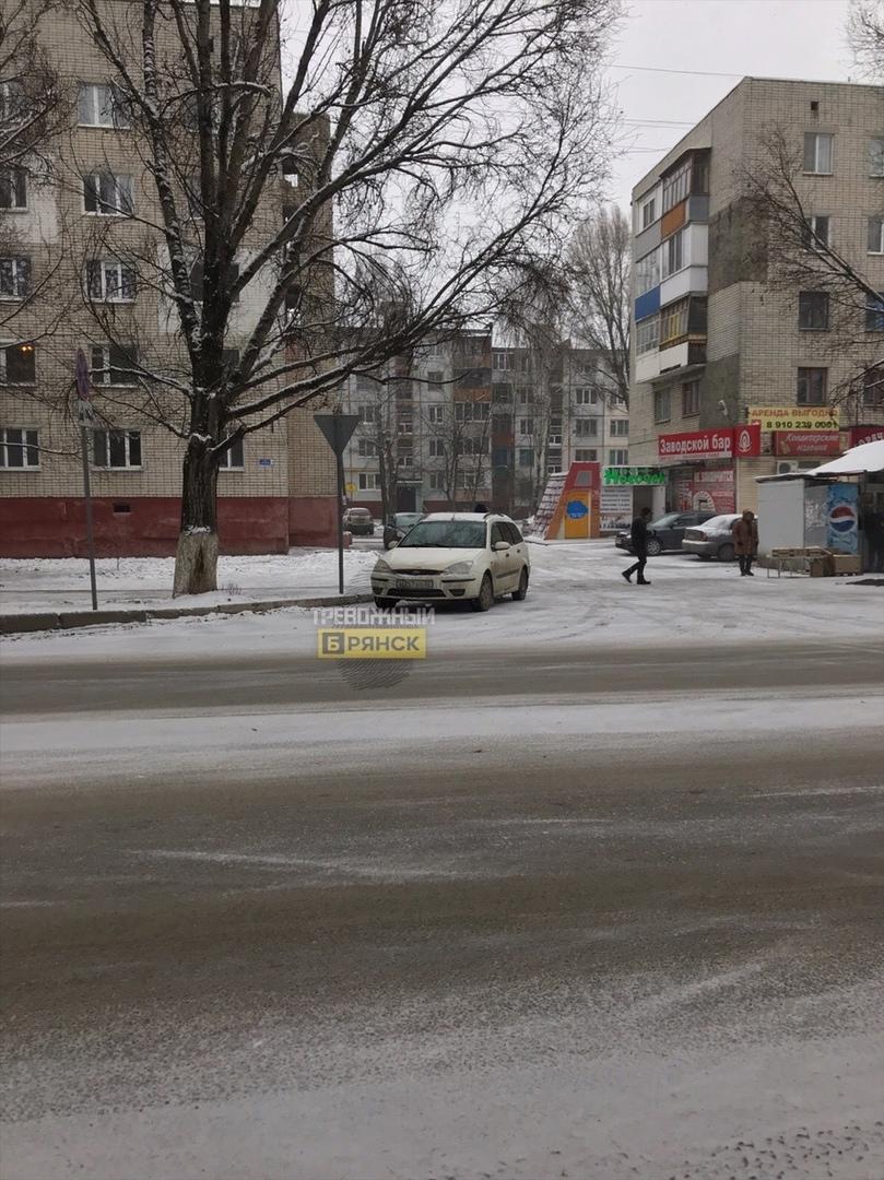 В Брянске автохам бросил машину на повороте
