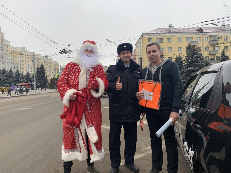 Брянские автоинспекторы подарили водителям оранжевые жилеты